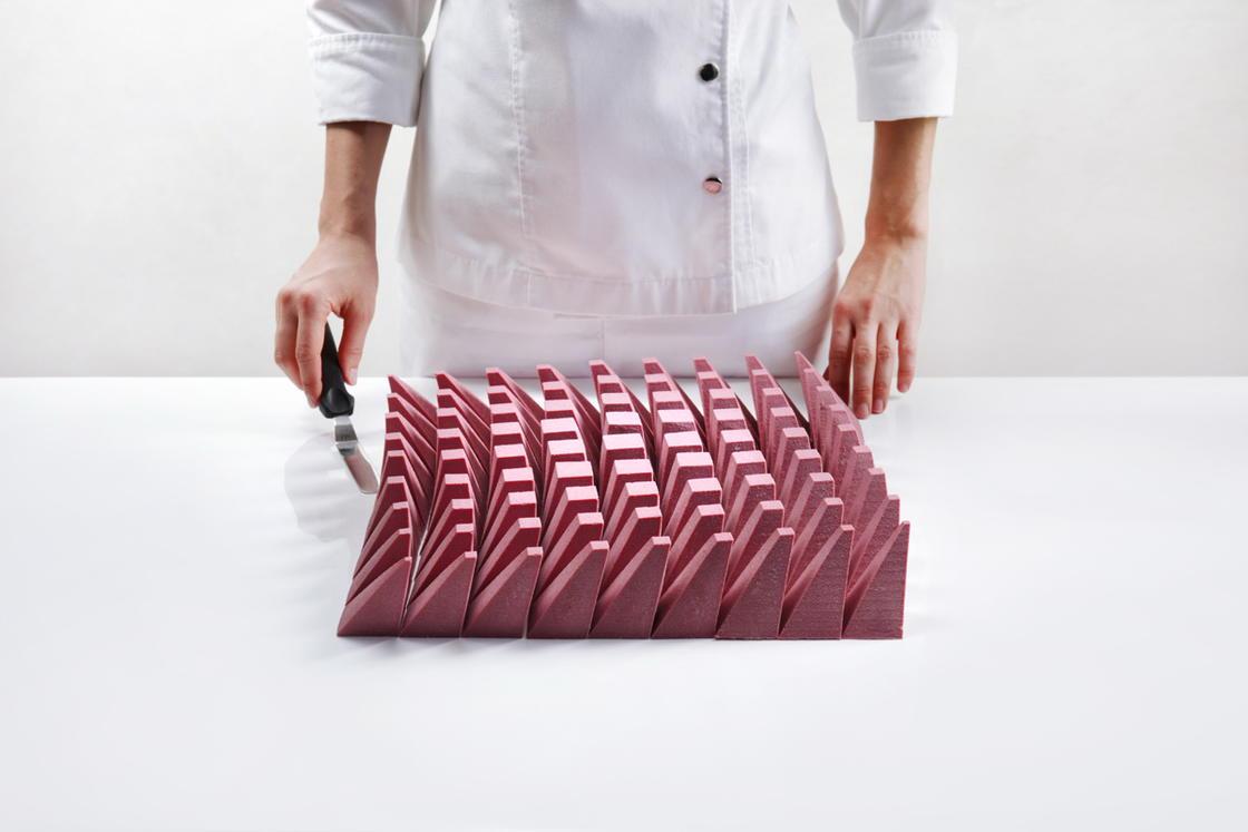 Yeni İcat Edilen Ruby Çikolata Geometrik Pastaya Hayat Verdi