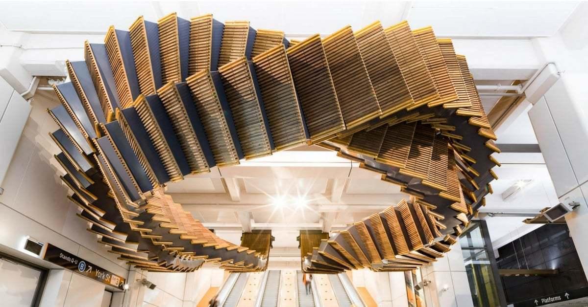 Tarihi Yürüyen Merdivenler İstasyonun Tavanında Uzanan Bir Heykele Dönüştü