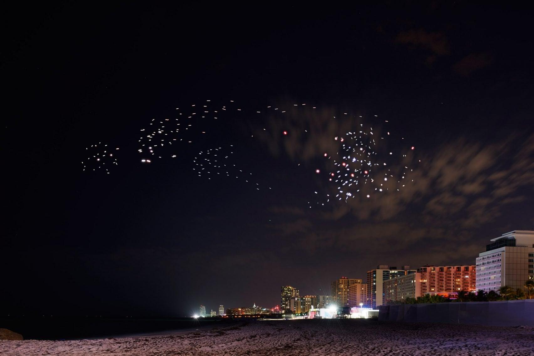 Drone Sürüsü Kuşlar Gibi Süzülerek Miami Sahili'ni Aydınlattı