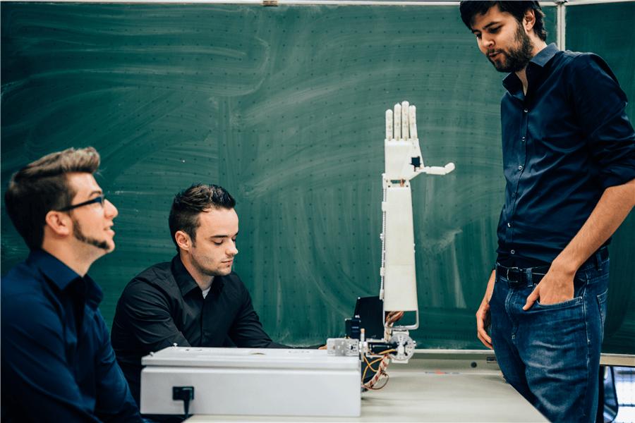 Konuşmaları İşaret Diline Çeviren 3B Baskı Robotik Kol