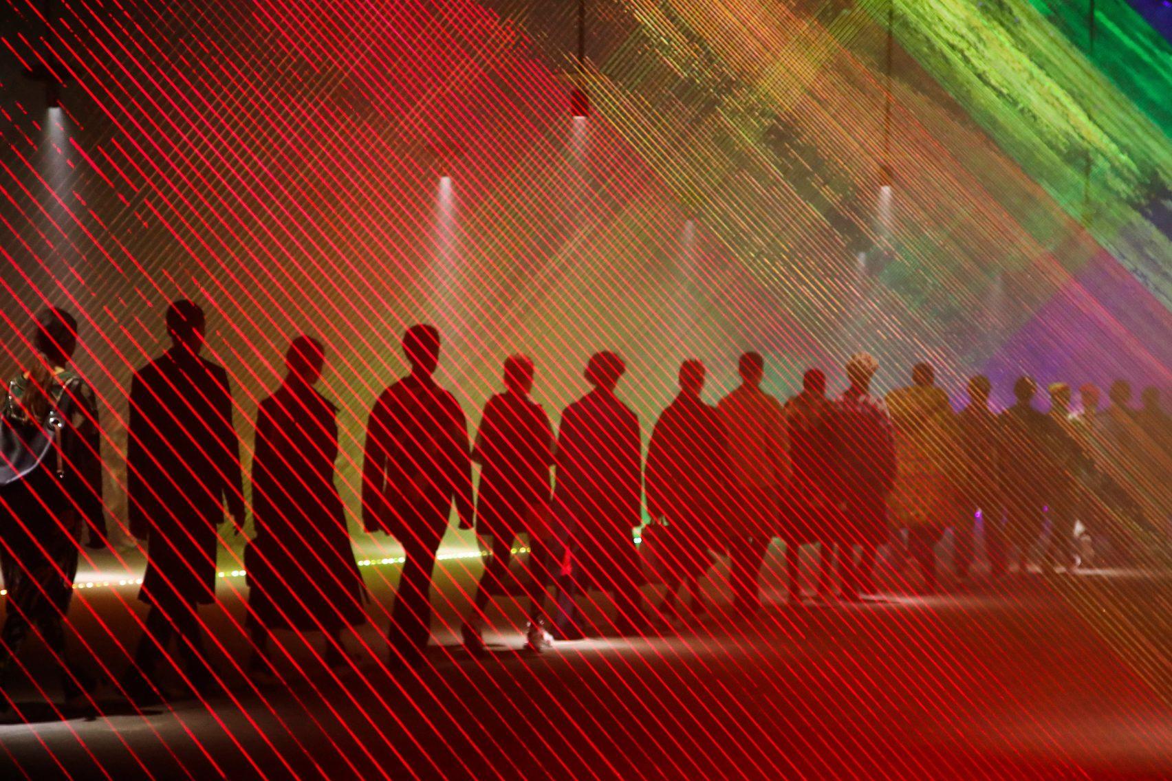 Burberry'den Gökkuşağının Renkleriyle Süslü Işık Gösterisi