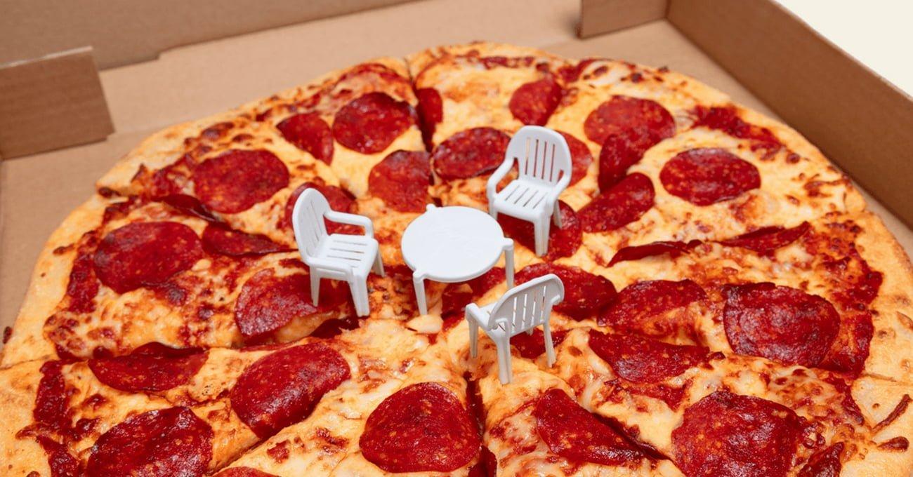 Pizza Kutularındaki Minyatür Masa, Sandalyelerine Kavuştu