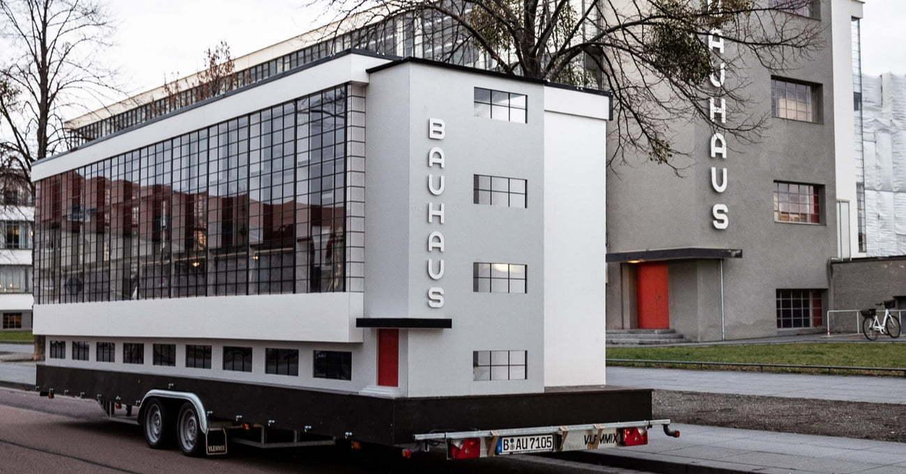 Spinning Triangles: Hareketli Bauhaus Binası Bauhaus'un 100. yıl dönümü şerefine Dünya Turunda