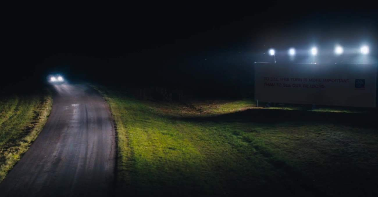 Zifiri Karanlıkta Yolları Aydınlatan Açık Hava Panoları