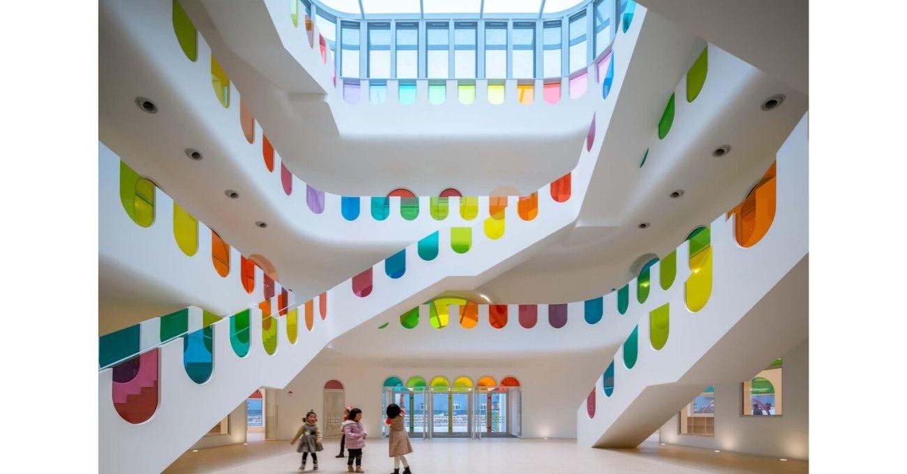 Yüzlerce Renkli Camıyla Kaleydoskop Etkisi Yapan Anaokulu Binası