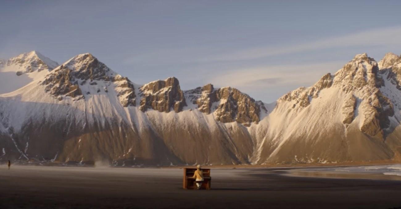 İzlanda'nın Issız Kıyılarında Piyano Eşliğinde Meditatif Bir Dans