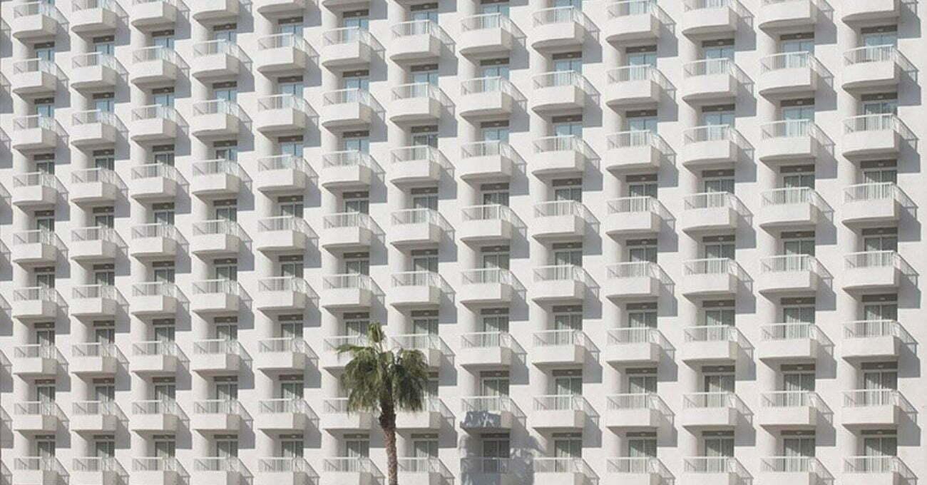 Boş Otel Cephelerinin Yarattığı Geometrik Desenler