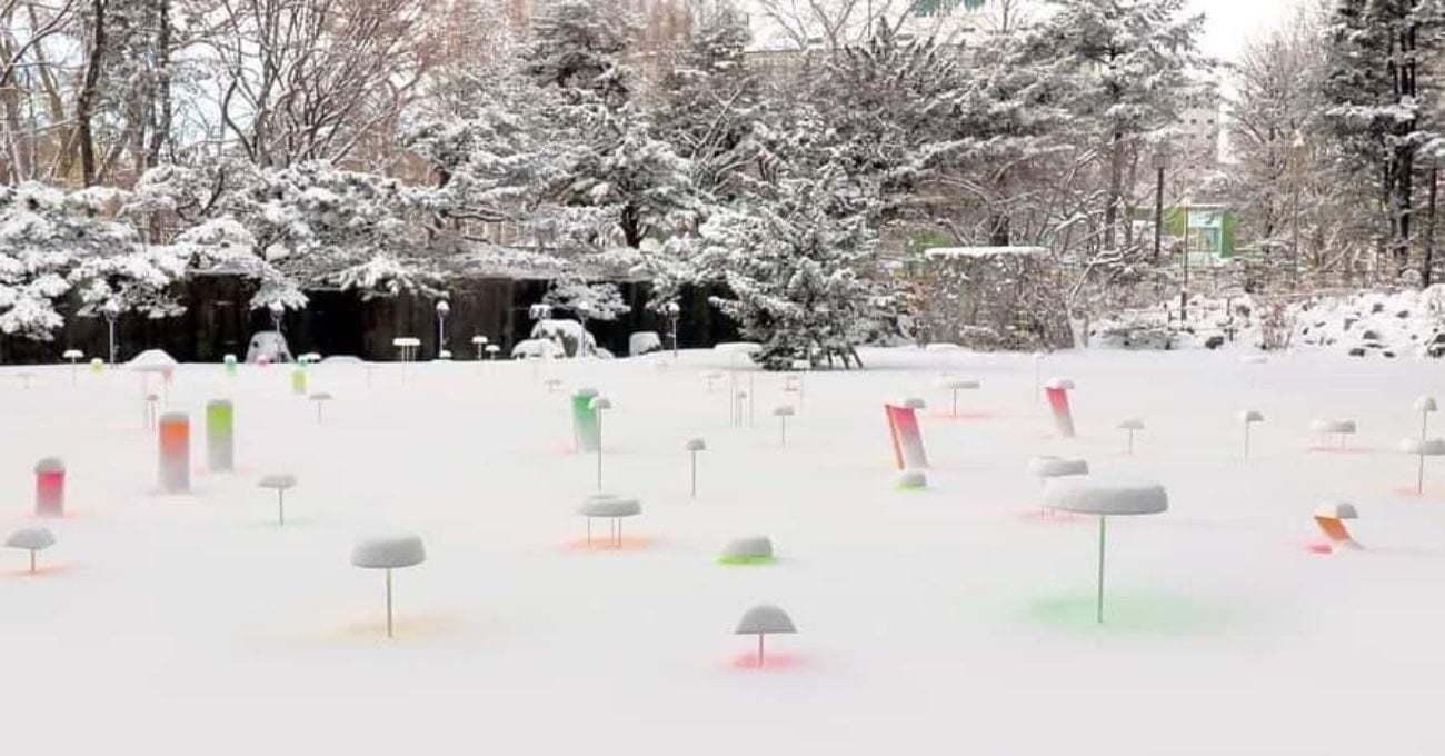 Kar Üzerinde Renkli Yansımalar Yaratan Yerleştirme
