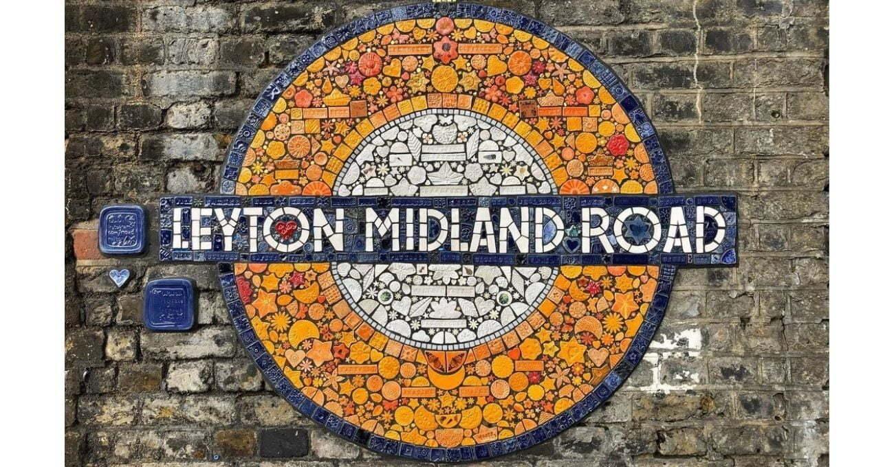 Tren Durakları İçin Halkın Yaptığı Taşlardan Yaratılan Mozaik Simgeler