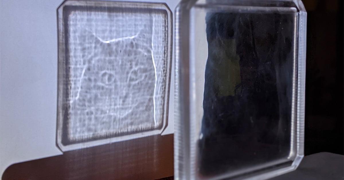 Bu Şeffaf Plakadaki Görüntüler Işıkla Görünür Oluyor